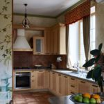 Короткие занавески в рабочей зоне кухни