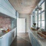 Узкая кухня в загородном доме