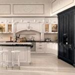 Черно-бежевая кухня в итальянском стиле