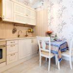 Светлый гарнитур из сосны в кухне городской квартиры