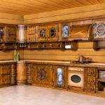 Угловая кухня в частном доме из бруса