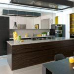 Кухонный остров с коричневыми фасадами