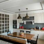 Серый фартук в кухне загородного дома