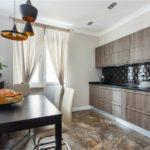 Каменный пол в кухне городской квартиры