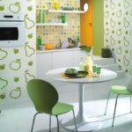 Зеленые спинки на современных стульях