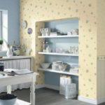 Открытые полки в нише кухонной стены