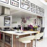 Фото в рамках в интерьере кухни