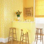 Желтые обои в оформлении кухни