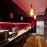 Светильники на потолке кухни вытянутой формы