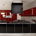 Черная вытяжка в современной кухне