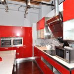 Микроволновая печь на кухонной столешнице