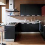 Коричневый пол в кухне с островом