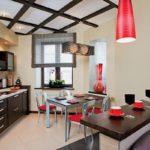 Дизайн кухни в японском стиле с красными светильниками