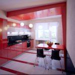 Красный стол в кухне панельного дома