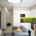 Зеленый фартук в угловой кухне с диваном