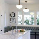 Диван-скамья в кухне загородного дома