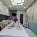 Узкая кухня с бумажными обоями на стене
