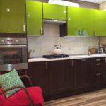 Глянцевые поверхности фасадов кухонного гарнитура