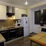 Фото кухни с холодильником у окна