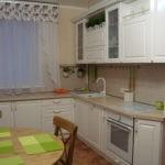 Белый тюль на кухонном окне
