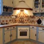 Купольная вытяжка в углу кухни