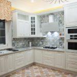 Угловая кухня с белой мебелью
