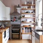 Кухонная утварь на деревянных полках