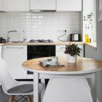 Обеденная зона в угловой кухне