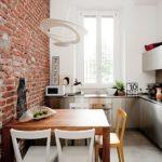 Кирпичная стена в небольшой кухне