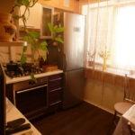 Легкая шторка на люверсах в интерьере кухни