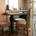 Мягкие стулья на деревянном каркасе