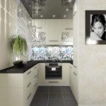 Дизайн маленькой кухни с серым потолком