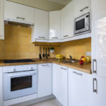 Квадратная плитка на кухонном фартуке