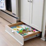 Выдвижной ящик внизу кухонной мебели