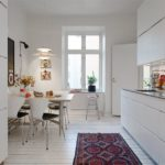 Белая кухня без занавесок на окне