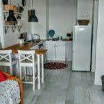 Рабочая зона узкой кухни-гостиной