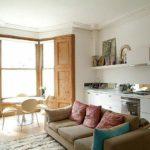 Интерьер светлой кухни-гостиной с эркером