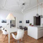 Белая мебель в современной кухне-гостиной