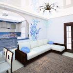 угловой диван с белой тканевой обивкой