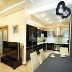 Черная мебель в комнате с бежевыми стенами