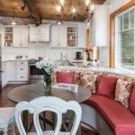 Кухня частного дома с мягким уголком