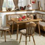 Мягкие подушки на кухонной мебели