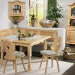Бежевая мебель для обеденной зоны кухни