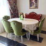 Зеленая обивка мягких стульев