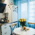 Голубая занавеска в интерьере кухни