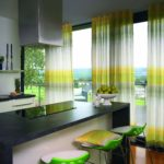 Полосатые шторы на панорамном окне