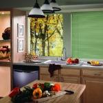 Салатовые жалюзи в интерьере кухни