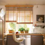 Бамбуковые шторы в кухне частного дома