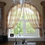 Декорирование тюлем арочного окна