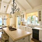 Потолочные светильники над кухонным островом